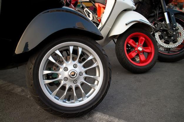 Nieuwe motorfietsen die zich in de rijclose-up op wielen bevinden