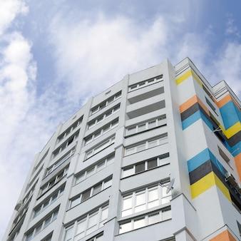 Nieuwe multy verdiepingen tellende woningbouw en blauwe hemel