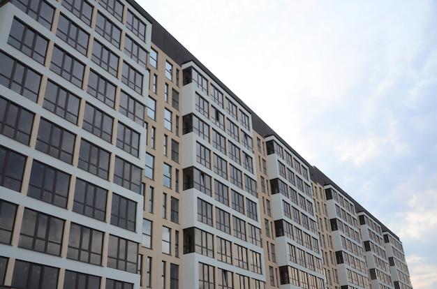 Nieuwe multy verdiepingen tellende woningbouw op de stadsstraat