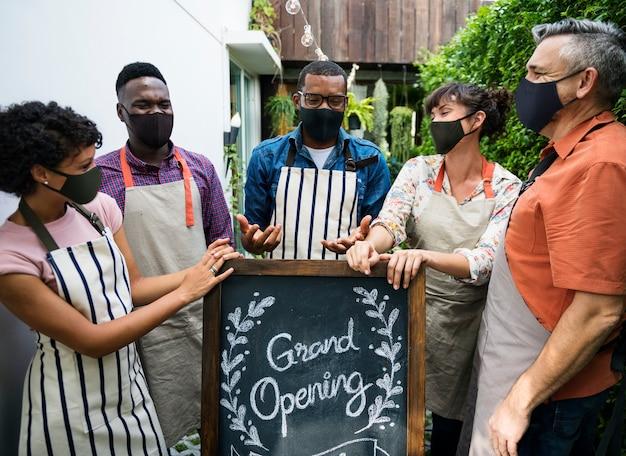 Nieuwe normale grote opening van coffeeshop tijdens corornavirus-pandemie