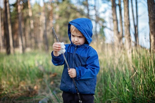 Nieuwe normale ontsnappingsstap, wilde natuurwandelingen en familie buitenrecreatie. kinderen koken en proeven van in vuur en vlam gebakken marshmallows, wandelen in het weekend, levensstijl