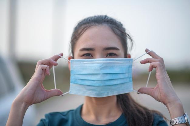 Nieuwe normale vrouw met stofmasker en coronavirus voordat ze naar verschillende plaatsen in het dagelijks leven reist