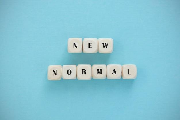 Nieuwe normale woord houten alfabetblokjes