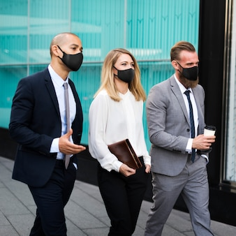 Nieuwe normale zakenmensen met gezichtsmaskers