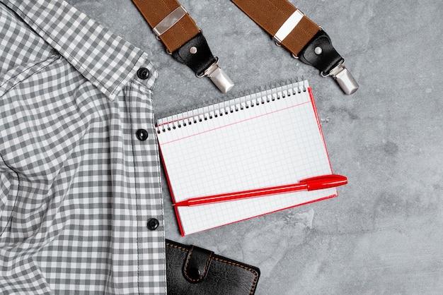 Nieuwe ontwerpen voor juiste werkkleding presenteren, formele kantoorkleding tentoonstellen, belangrijke notities schrijven, abstracte verslaggeversoutfit, kleding opmeten