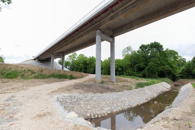 Nieuwe recent aangelegde snelweg in het district brcko, bosnië en herzegovina