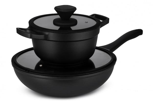 Nieuwe reeks van zwarte cookware die op wit wordt geïsoleerd