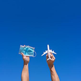 Nieuwe regels op luchthaven en vliegtuig. reizigers moeten een gezichtsmasker dragen, nieuw normaal