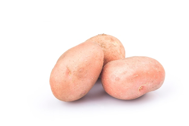 Nieuwe rode aardappel geïsoleerd op een witte achtergrond