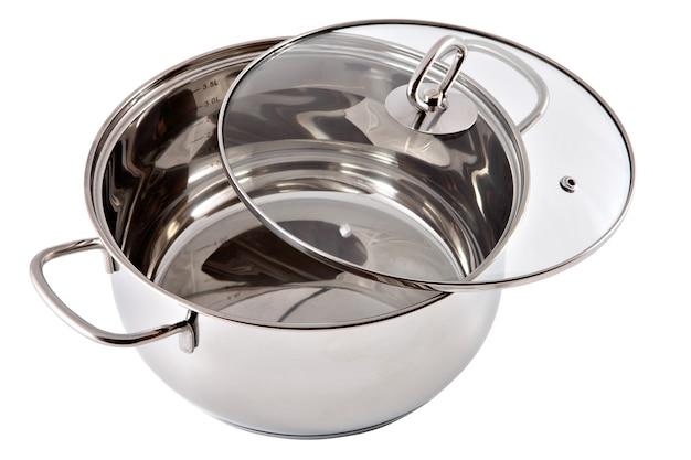 Nieuwe roestvrijstalen pan met transparant glazen deksel.