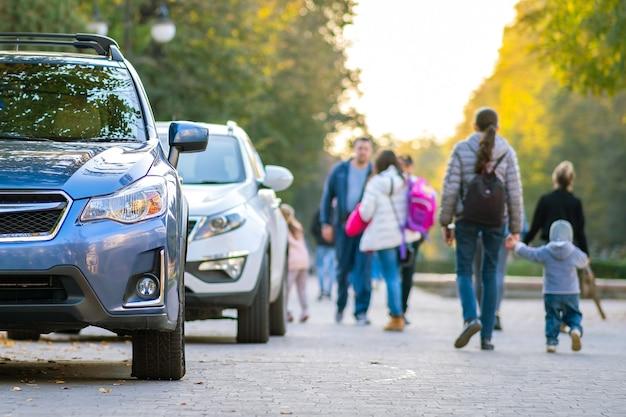 Nieuwe schone auto geparkeerd aan de straatkant van de stad.