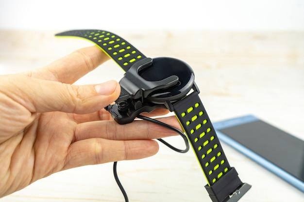 Nieuwe slimme fitnessarmband met leeg zwart scherm en oplaadpoort