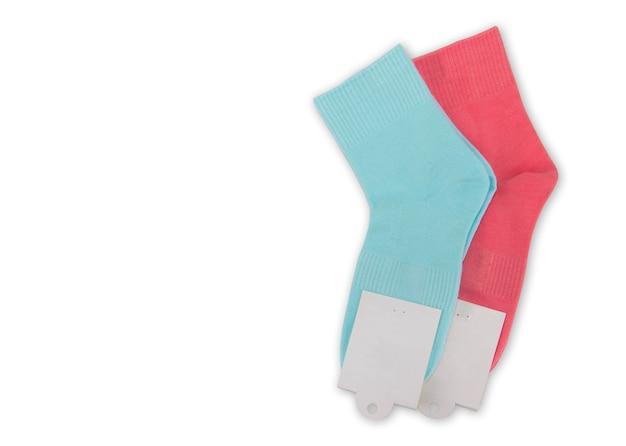 Nieuwe sokken op een witte achtergrond. kleurrijke sokken met beige label voor uw ontwerp. geïsoleerd voorwerp.