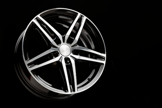 Nieuwe sportwagen met zwarte lichtmetalen velgen in de vorm van een vijfpuntige sterkopieerruimte