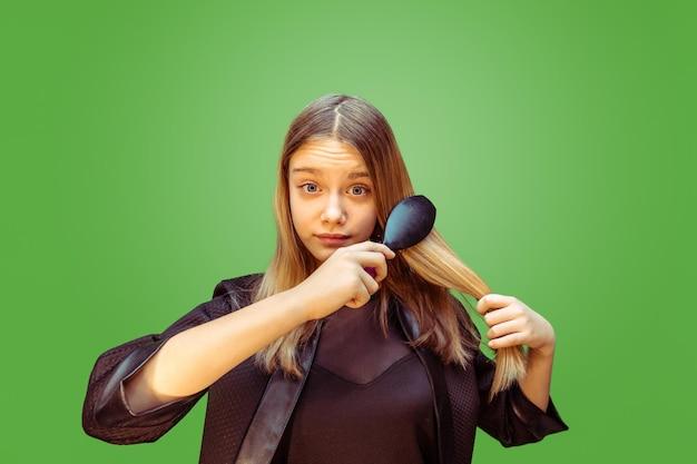 Nieuwe stijl. tiener meisje droomt beroep van visagist. jeugd, planning, onderwijs en droomconcept.