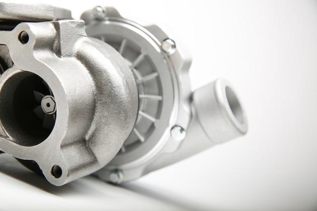 Nieuwe turbocompressor is op witte achtergrond