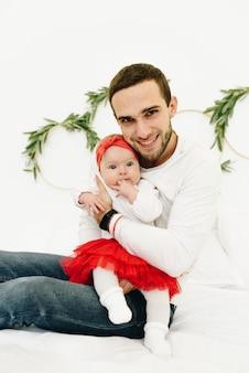 Nieuwe vader met zijn pasgeboren kaukasische dochtertje