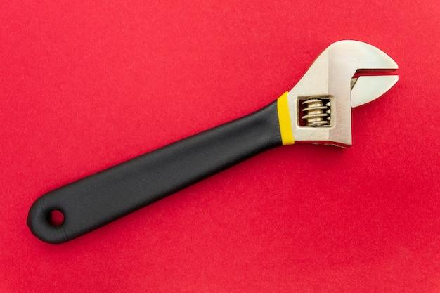 Nieuwe verstelbare moersleutel op een rood vakje
