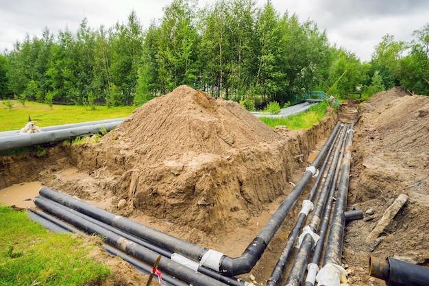 Nieuwe verwarmingspijpleiding in de uitgegraven geul in de stad.