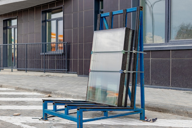 Nieuwe verzegelde glasunits op bouwplaats. voorbereiding voor de installatie van raamopeningen. bouwmaterialen.