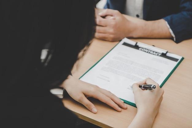 Nieuwe werkgever die nieuw baancontract op de lijst ondertekent