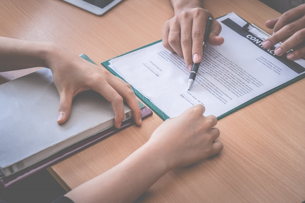 Nieuwe werkgever is uitgenodigd om een arbeidscontract te ondertekenen na een succesvol sollicitatiegesprek