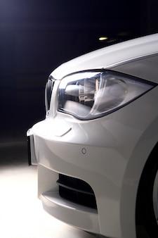 Nieuwe witte auto op zwarte achtergrond