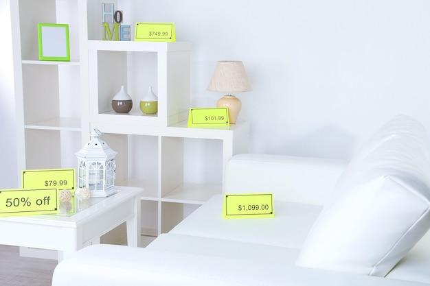 Nieuwe witte meubels met prijzen op licht