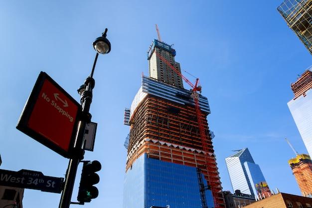 Nieuwe wolkenkrabber in new york, die tussen oude gebouwen opheft