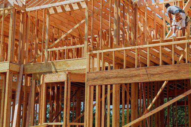 Nieuwe woningbouw met houten huisframe