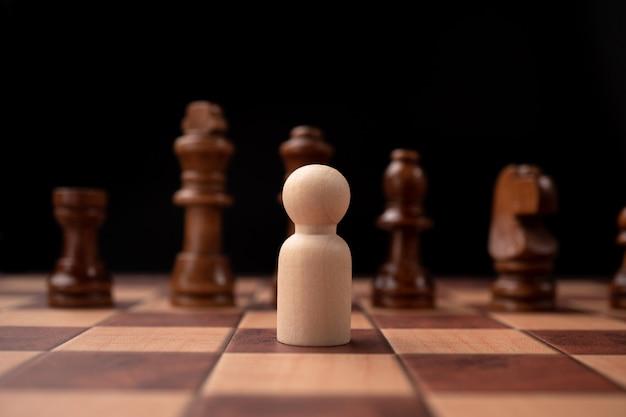 Nieuwe zakelijke leider confrontatie met koning schaken is een uitdaging voor nieuwe zakelijke speler, strategie en visie is cruciaal succes.