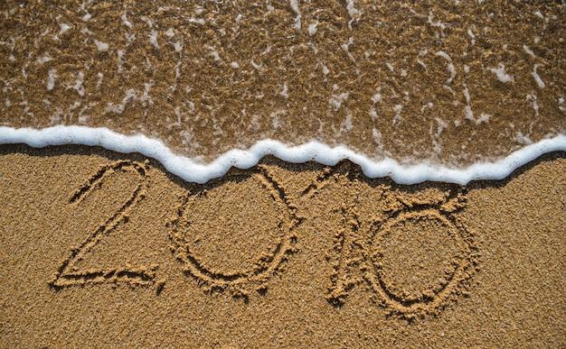Nieuwjaar 2019 komt er aan. gelukkig nieuwjaar 2019 vervangt 2018-concept op het zee strand
