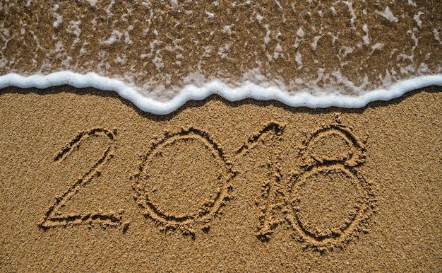 Nieuwjaar 2019 komt er aan. gelukkig nieuwjaar 2019 vervangt 2018 op het strand aan zee
