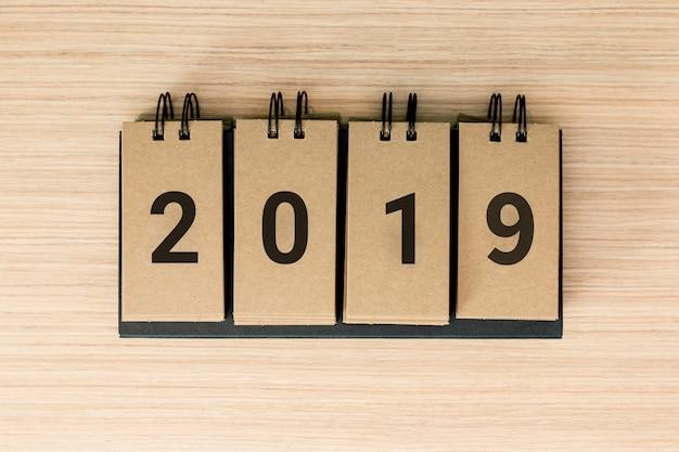Nieuwjaar 2019 komt er aan. het woord 2019 op houten achtergrond.