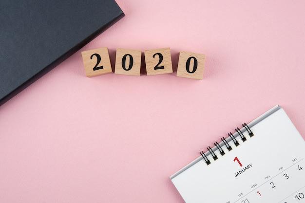 Nieuwjaar 2020 kalender op roze achtergrond