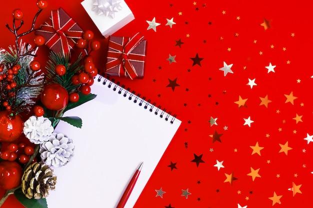 Nieuwjaar 2020, notitieblok met pen, geschenkdozen, kerstdecor op rood
