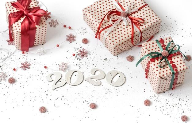 Nieuwjaar 2020 witte feestelijke muur met cadeau
