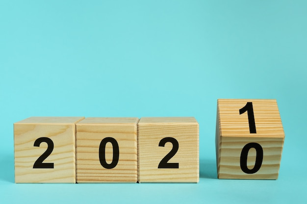 Nieuwjaar 2021 concept, houten kubussen met nummer op blauw