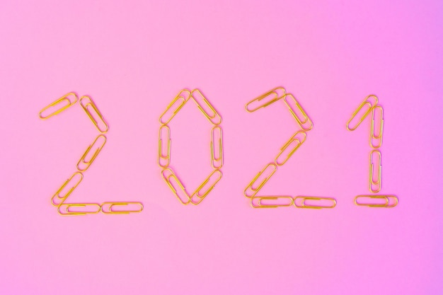 Nieuwjaar 2021 concept op roze achtergrond bovenaanzicht