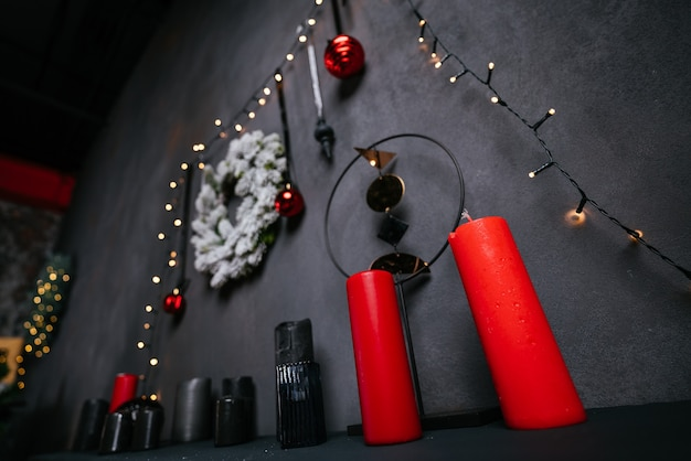 Nieuwjaar 2021 interieur met kaarsen, bollen en bokeh. kamer ingericht voor kerstviering. kerstboom met cadeautjes