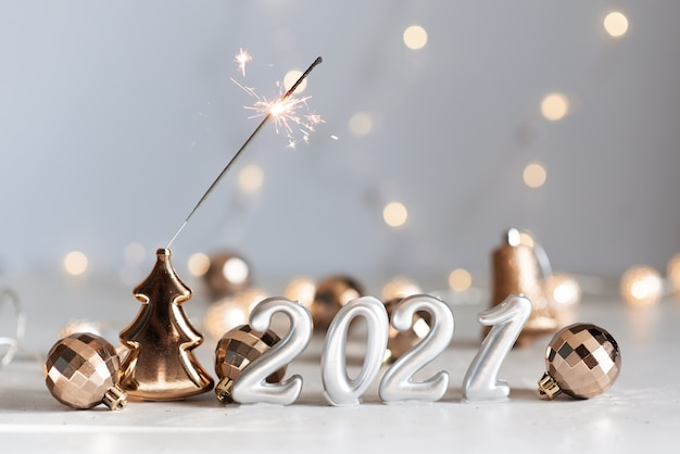 Nieuwjaar 2021 zilveren ballonnen met vuurwerk