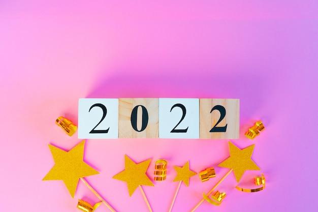 Nieuwjaar 2022 concept op roze achtergrond bovenaanzicht