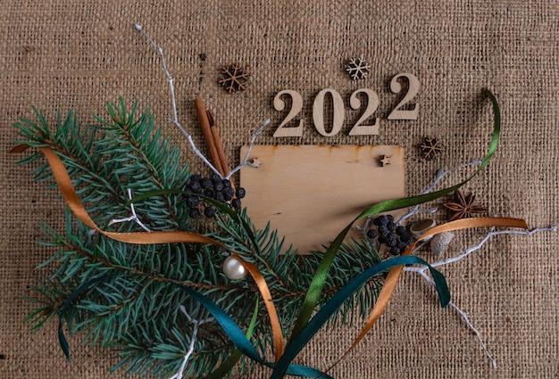 Nieuwjaar 2022 en kerstsamenstelling groet houten kaart stijlvolle platte kopie ruimte