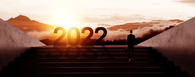 Nieuwjaar 2022 met zakenmensen die naar successilhouet lopen