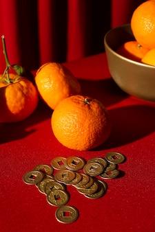 Nieuwjaar chinees 2021 close-up sinaasappelen en munten