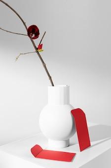 Nieuwjaar chinees 2021 rode bloem in een vaas en enveloppen