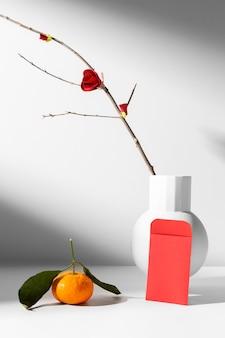 Nieuwjaar chinees 2021 rode bloem in een vaasvelop en sinaasappel
