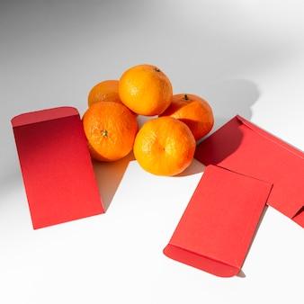 Nieuwjaar chinees 2021 sinaasappelen en enveloppen
