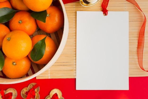 Nieuwjaar chinees 2021 sinaasappels en kopieerruimte papier