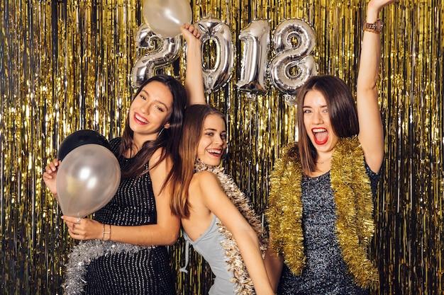 Nieuwjaar clubfeest met drie vrienden dansen